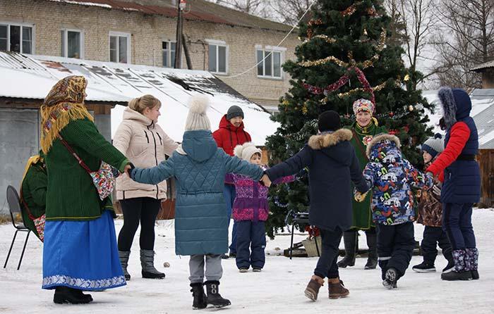 """""""Рождественская круговерть"""" у главной ёлки посёлка Труд"""