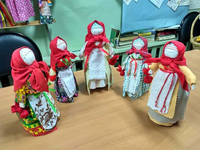 "Мастерим народную куклу-мотанку ""Трындычиха"" или ""Кукла на бутылке"". Библиотека пос. Труд"