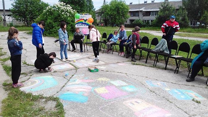 Летний конкурс рисунков на асфальте «Радуга детства» в д. Головино