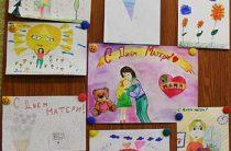 Выставка с рисунками детей в рамках подготовки к Дню матери. Пекшинская сельская библиотека